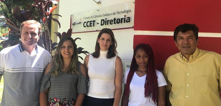 A equipe do CCET, composta pelo Prof. Luiz, Samira, Silvia, Regilene e Prof. Guillermo estão na frente da Diretoria do CCET.